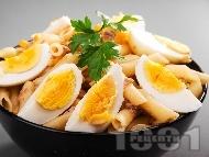 Макаронена салата с яйца, риба тон, царевица и майонеза